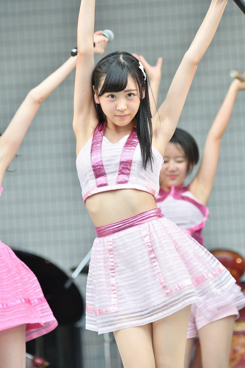ノースリーブ衣装で踊るピンク・ベイビーズの櫻井優衣