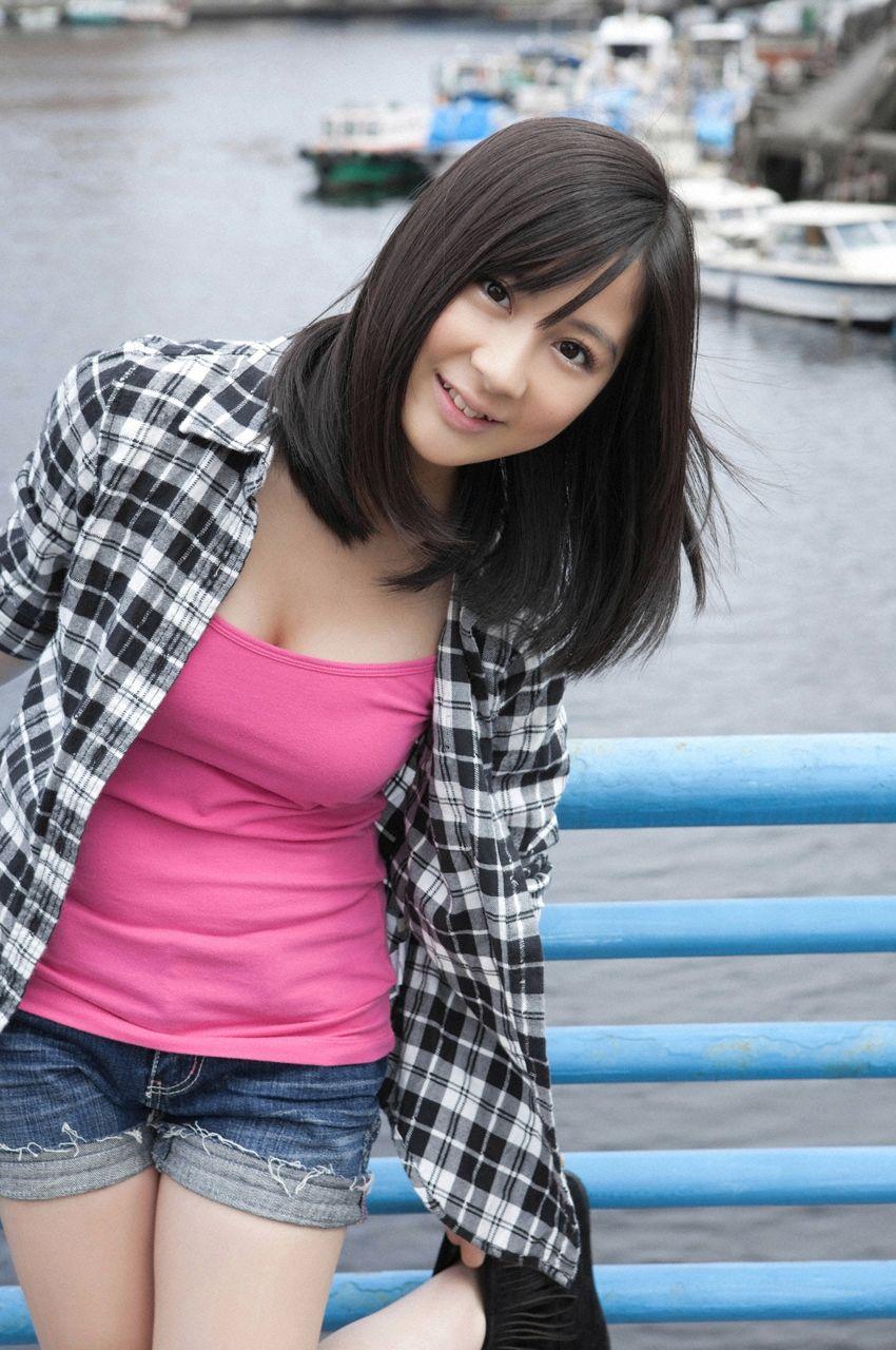 小野恵令奈の着衣巨乳グラビア