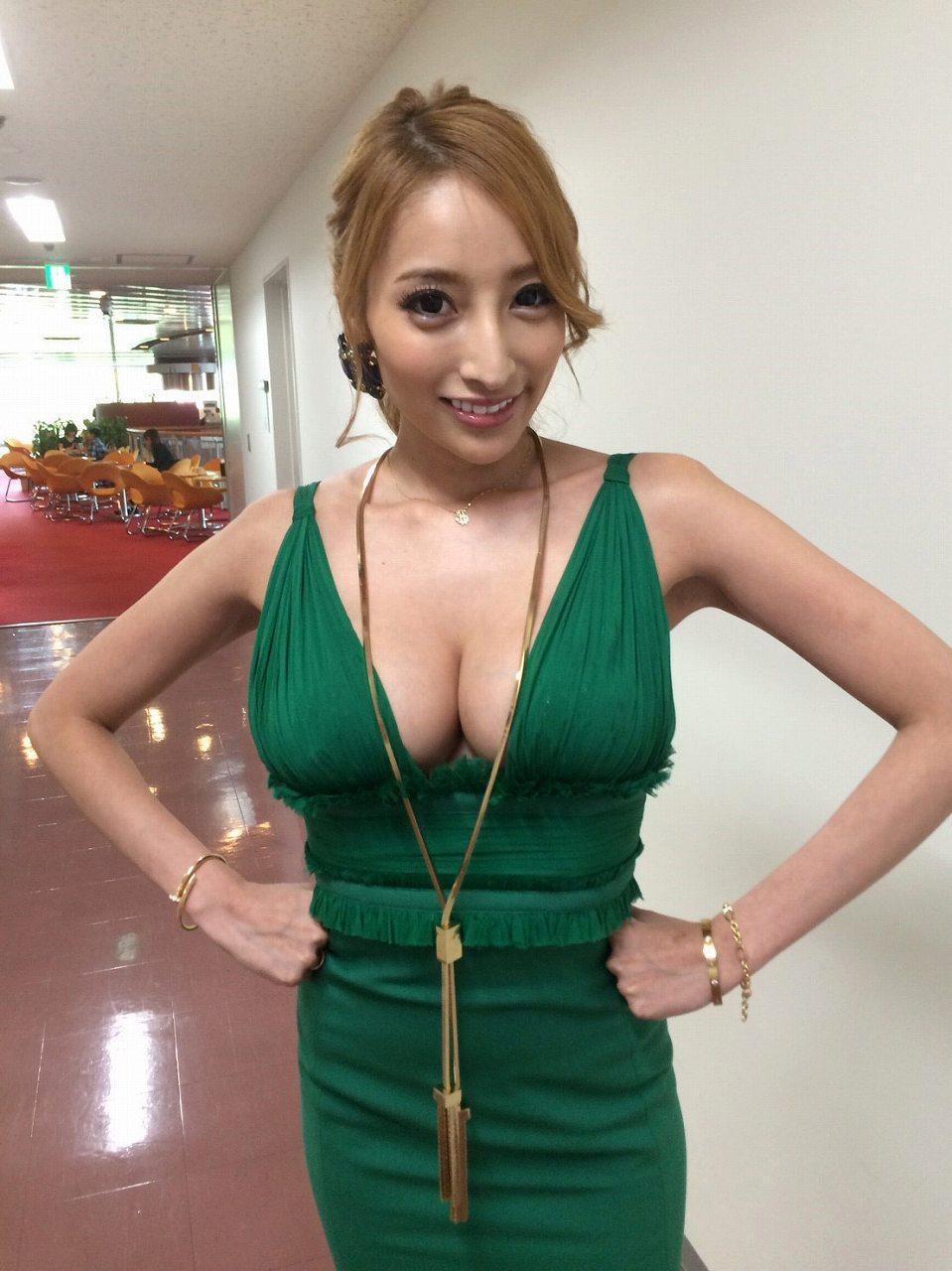 胸の谷間が露出したワンピースで出演した加藤紗里