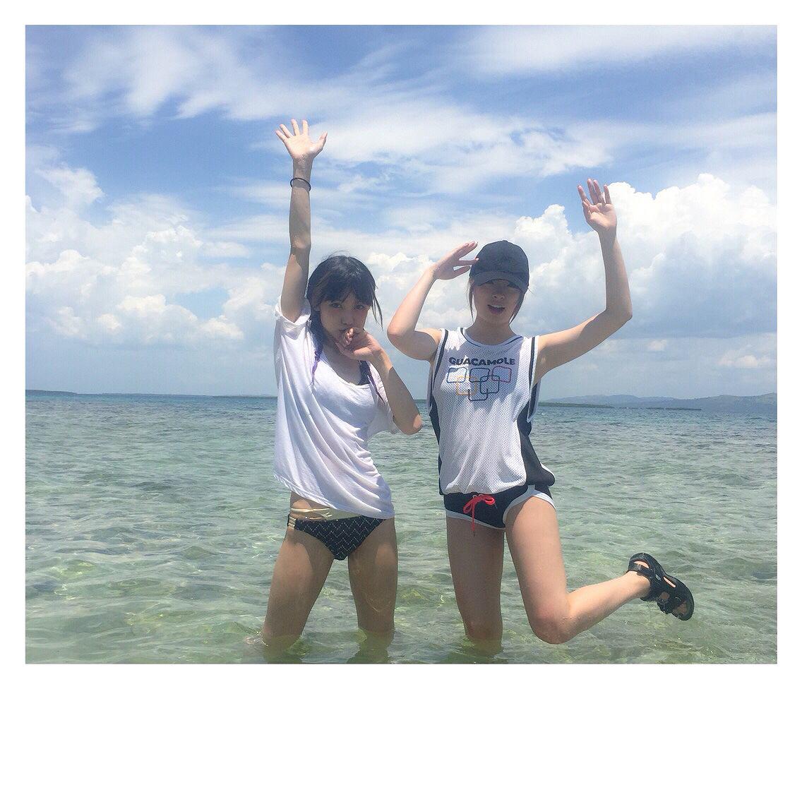 海でビキニの水着を着たきゃりーぱみゅぱみゅとSCANDALのMAMI