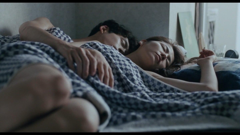 映画「海街diary」で裸で男とベッドに寝てる長澤まさみ
