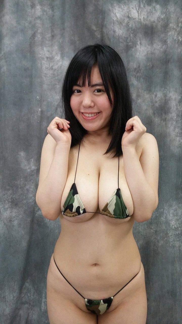 極小ビキニを着たブス巨乳の女(菅野裕子)