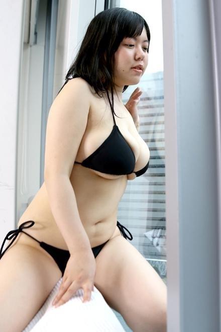 下乳はみ出しビキニを着た菅野裕子