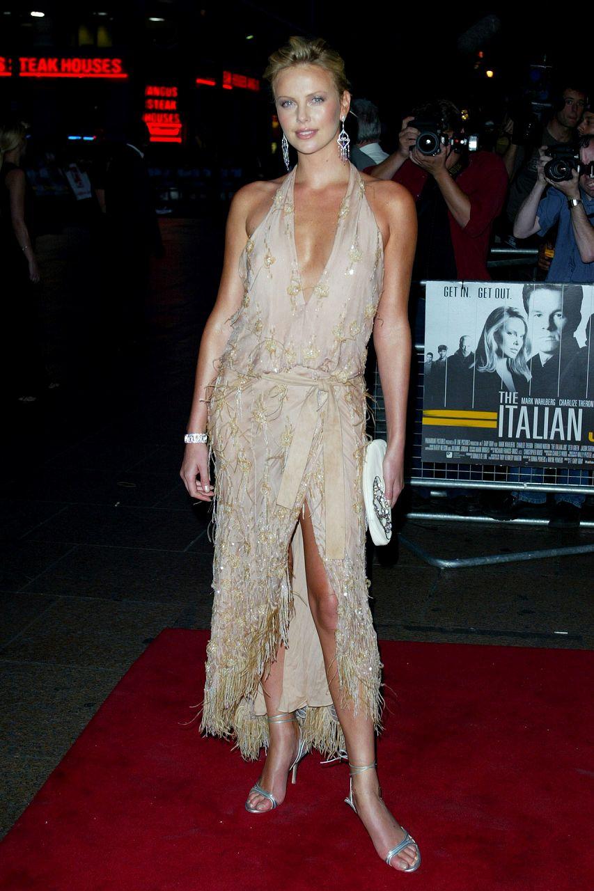 ノーブラでドレスを着たシャーリーズ・セロン