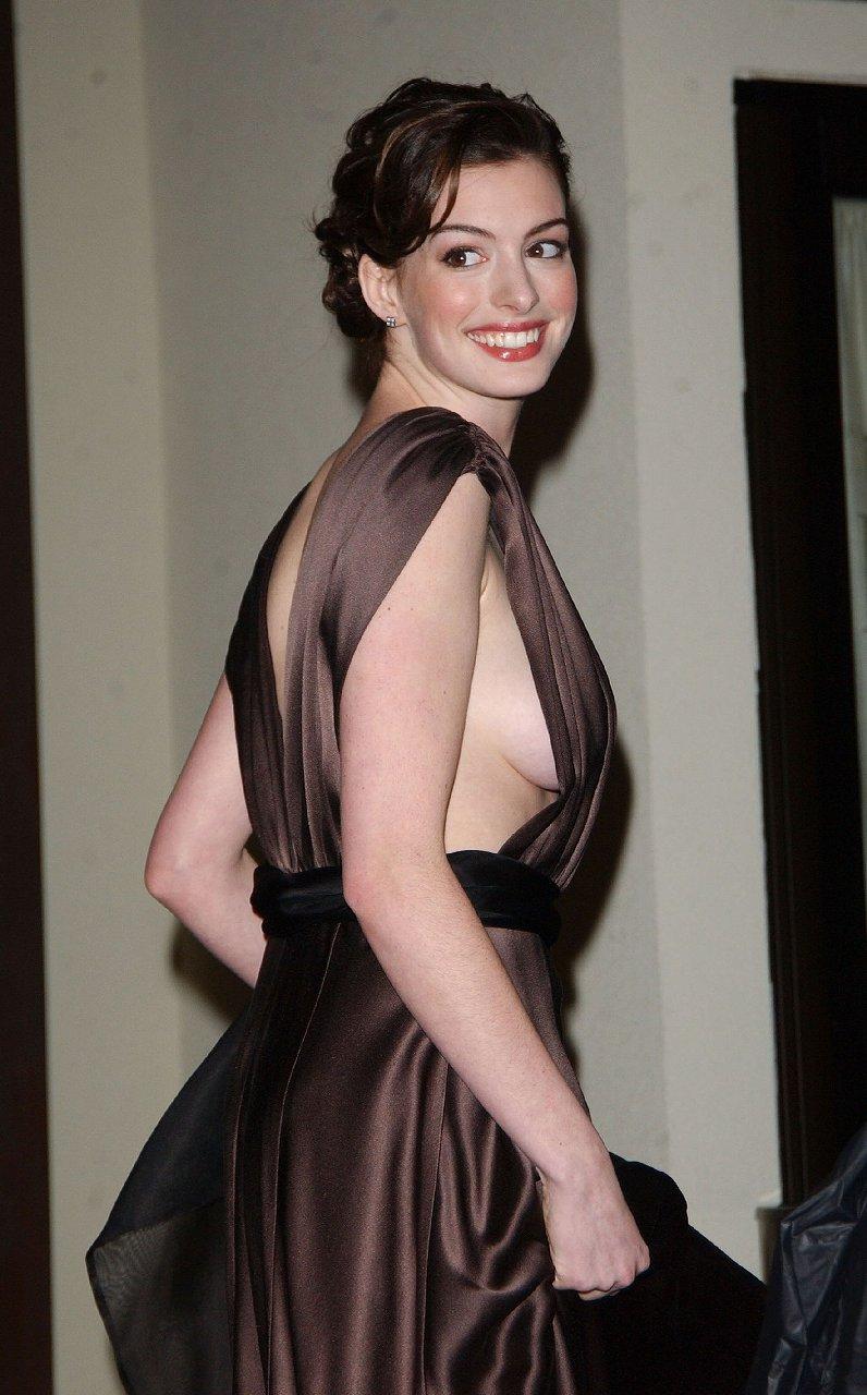 アン・ハサウェイがノーブラでドレスを着て晒した横乳