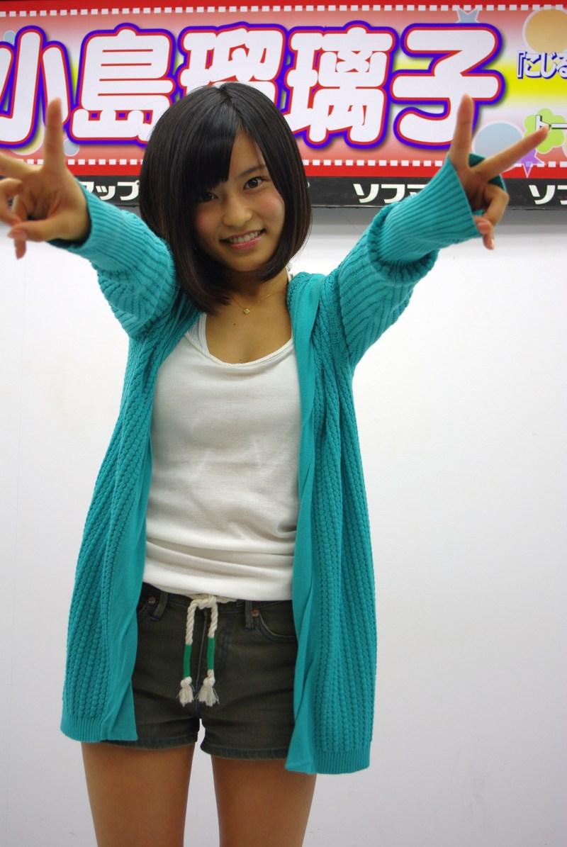 DVD「こじるりX3参上!!!」の発売記念イベントでソフマップに登場した小島瑠璃子
