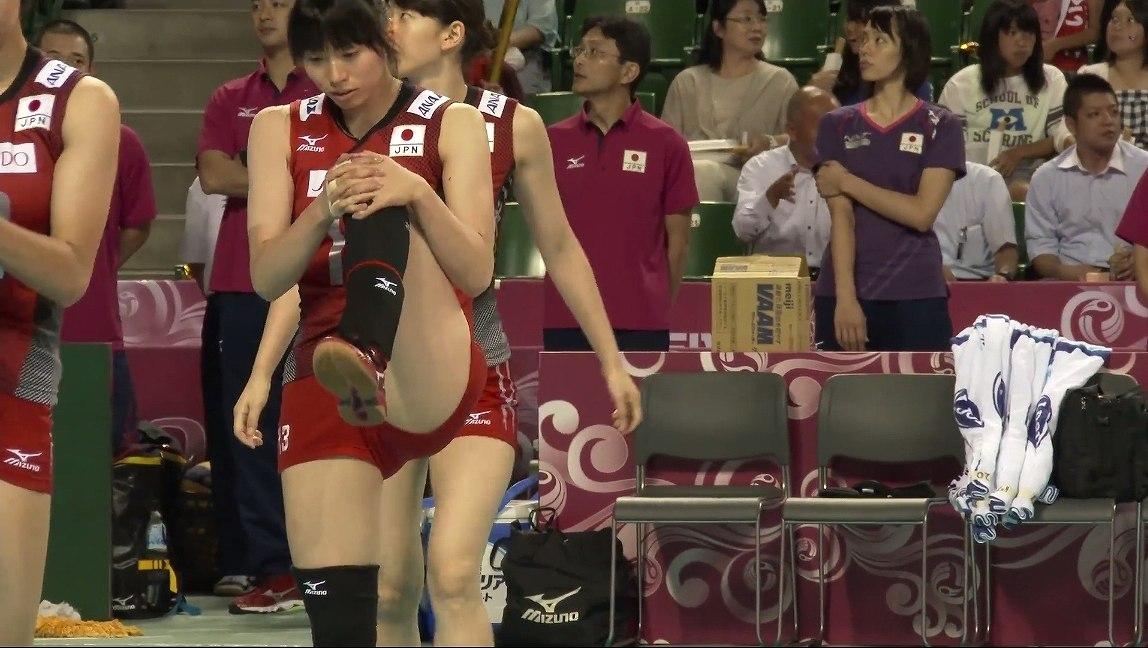 ユニフォームを着てエロいストレッチをする女子バレー選手