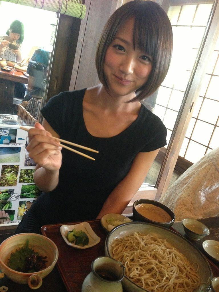 蕎麦を食べる竹内由恵