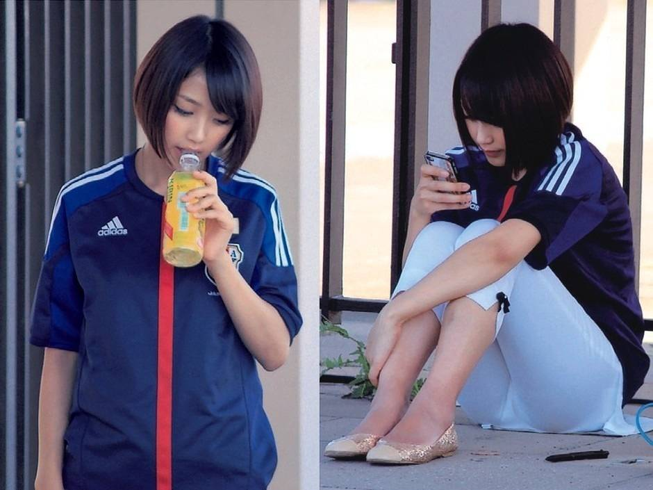 白いパンツを履いて体育座りをしている竹内由恵