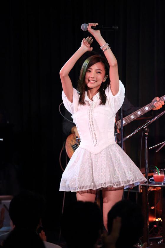 ステージで超ミニスカ衣装を着てパンチラギリギリの真野恵里菜