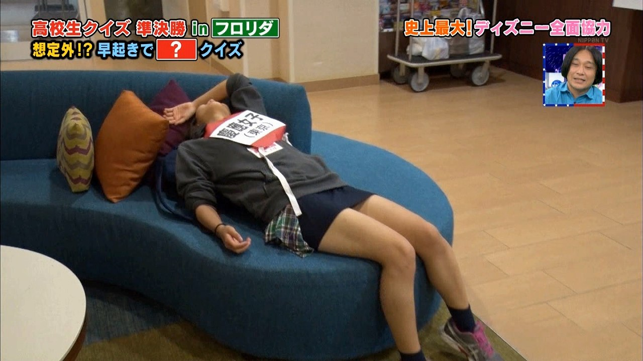 日テレ「高校生クイズ」でミニのタイトスカートを履いた慶應女子高JKの太もも