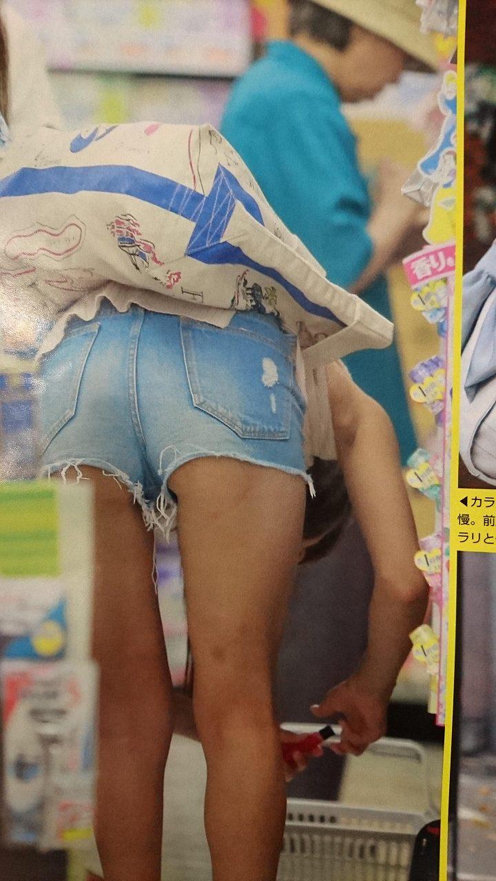 オフの日にホットパンツを履いてハミケツしている岡副麻希アナ(フライデー画像)