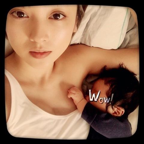 タンクトップで生まれたばかりの息子と横たわる安達祐実の授乳画像