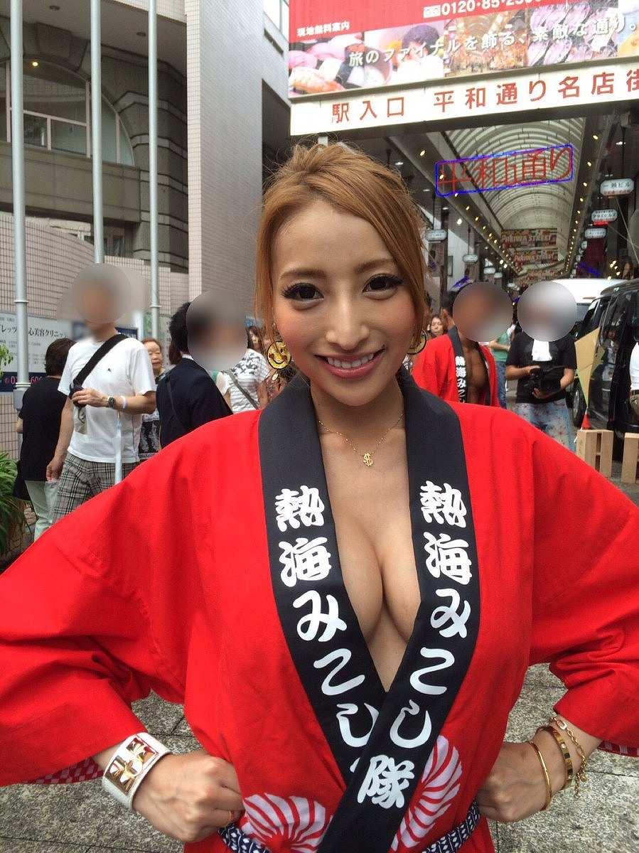 ノーブラではっぴを着た加藤紗里のおっぱい谷間