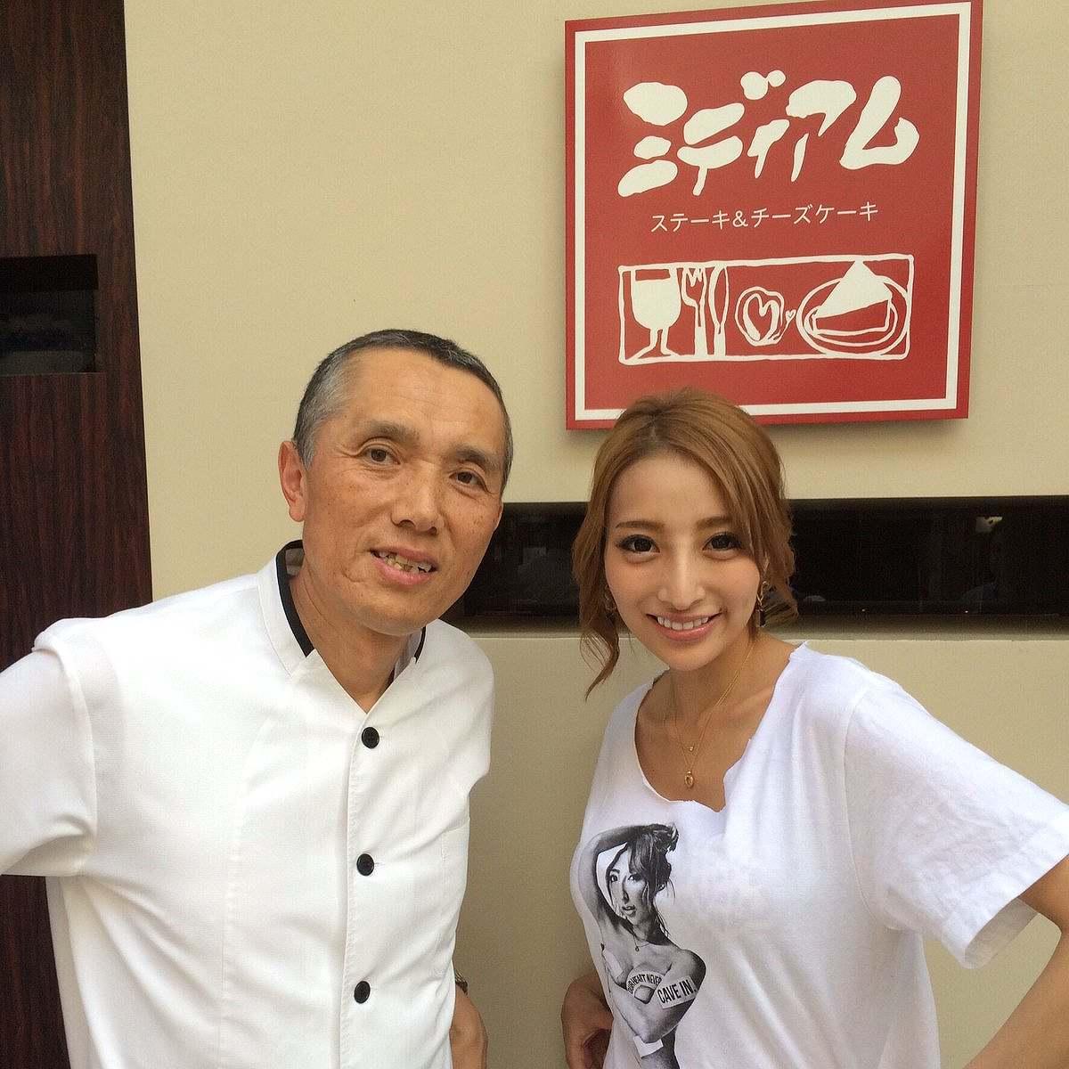 Tシャツを着た加藤紗里の着衣巨乳