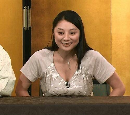 机の上におっぱいを乗ってる小池栄子
