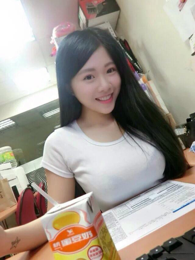 机の上におっぱいが乗っちゃってる台湾モデル