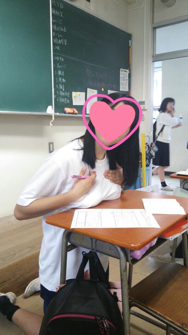 おふざけで机の上におっぱいを乗せてる体操着を着た女子高生