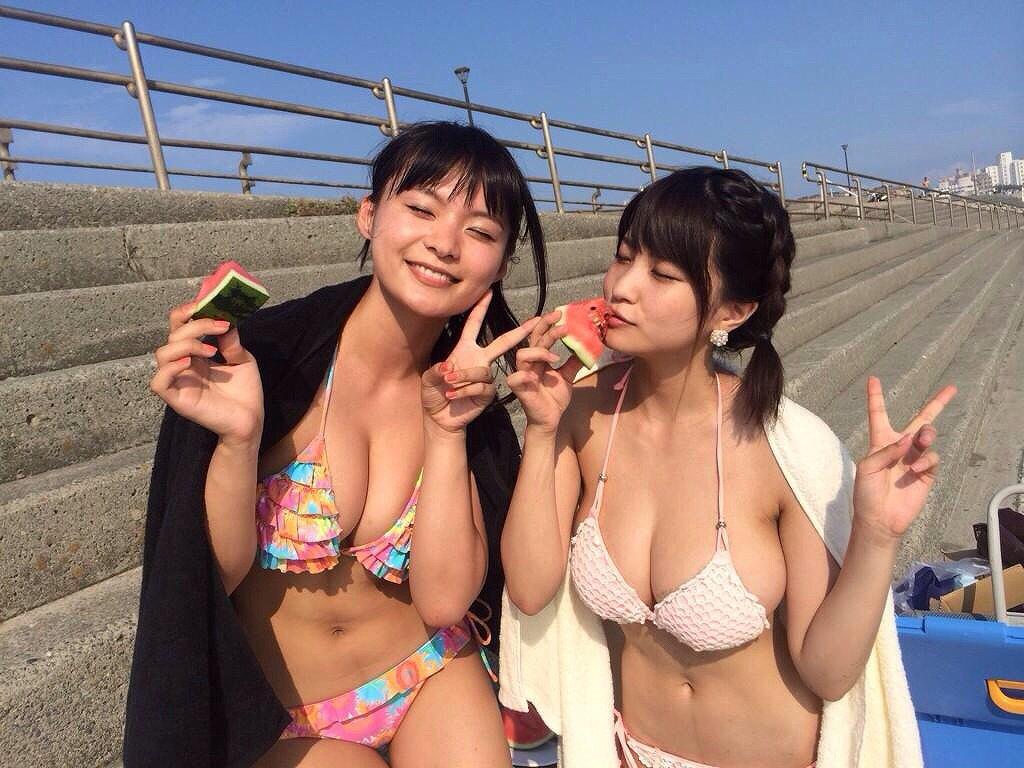 ビーチでビキニを着た星名美津紀と岸明日香のツーショット