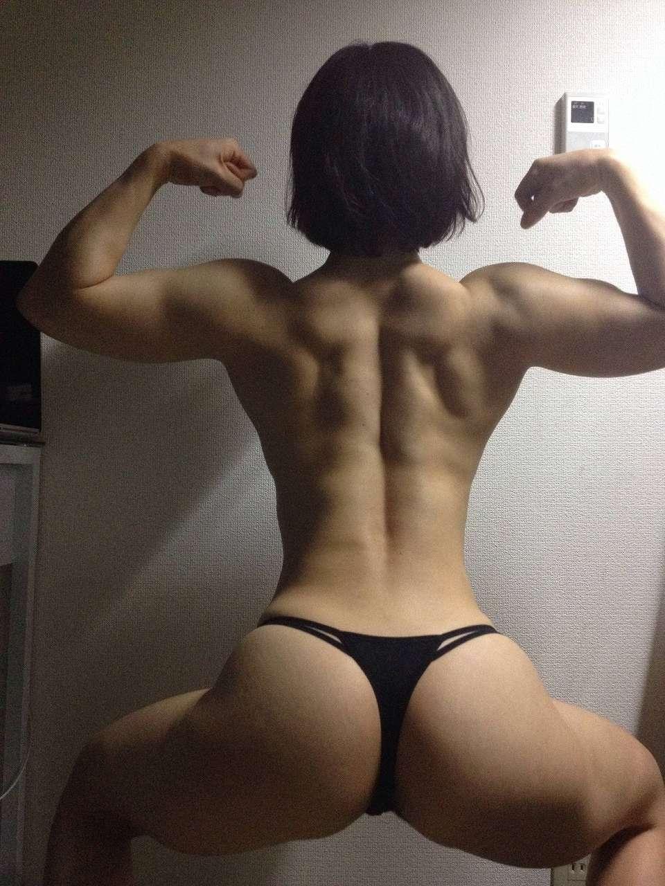ムキムキの筋肉をしたTバック女