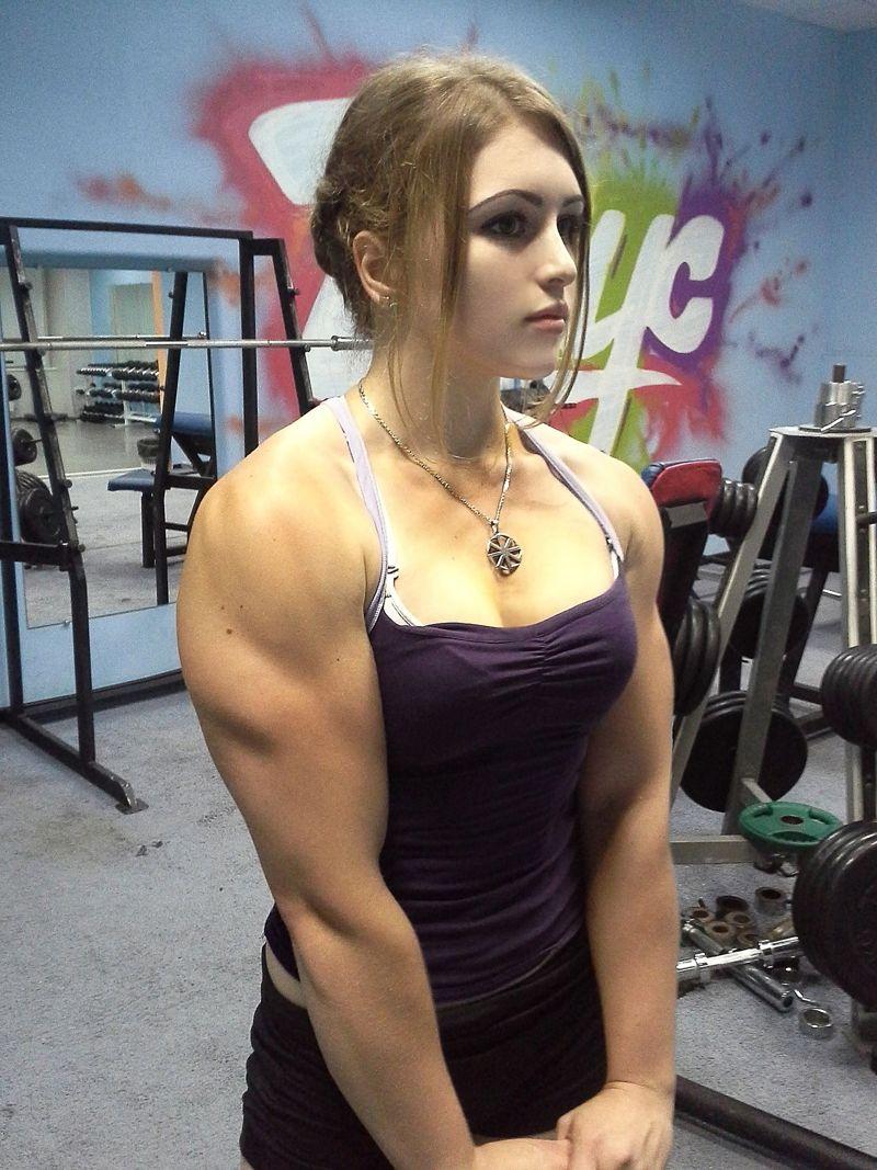 ムキムキの筋肉をした金髪美女