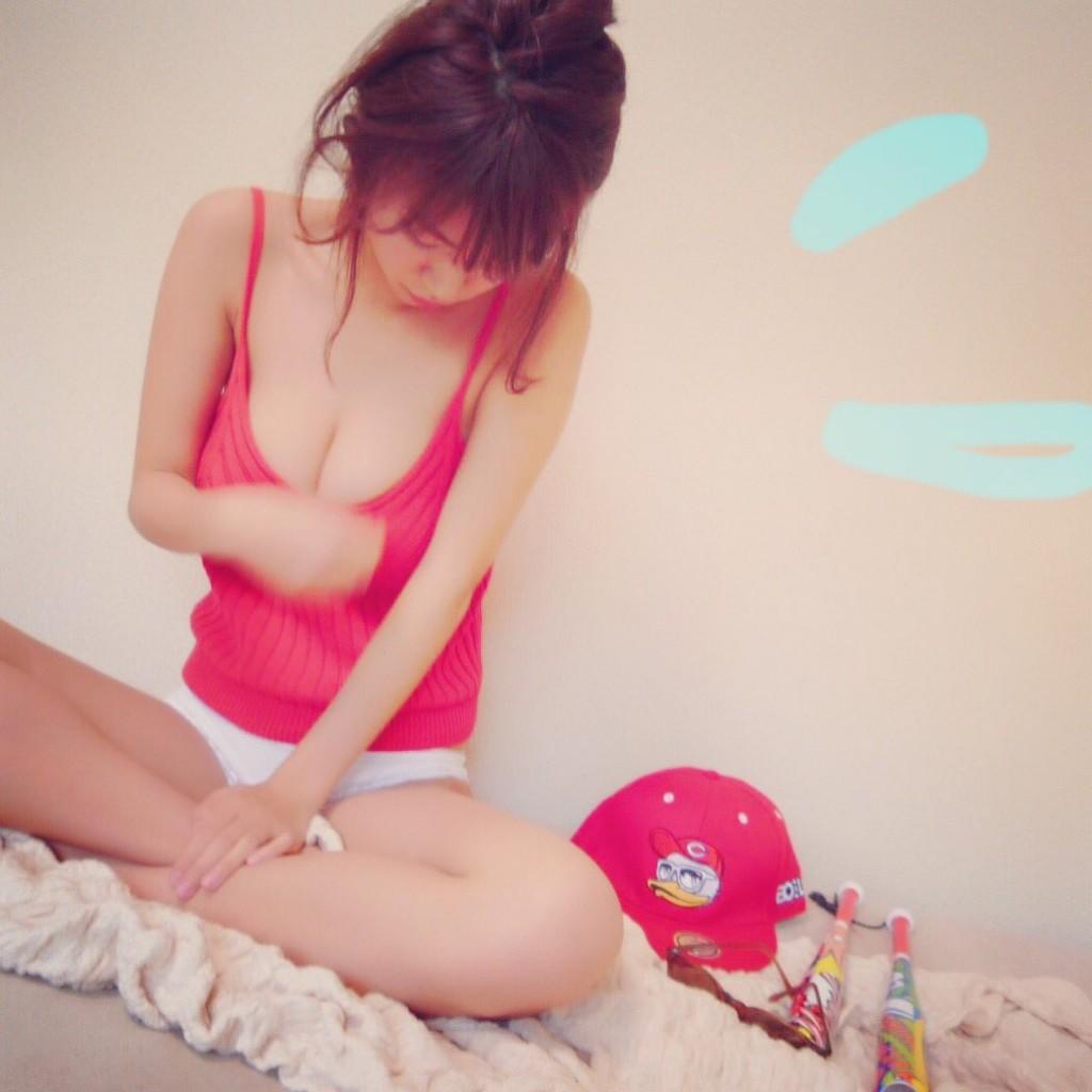 カープ女子グラドル・Iカップバストの菜乃花の「カープ優勝水着」姿
