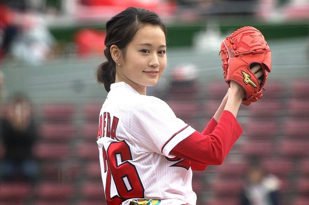 ミニスカートで始球式をする前田敦子