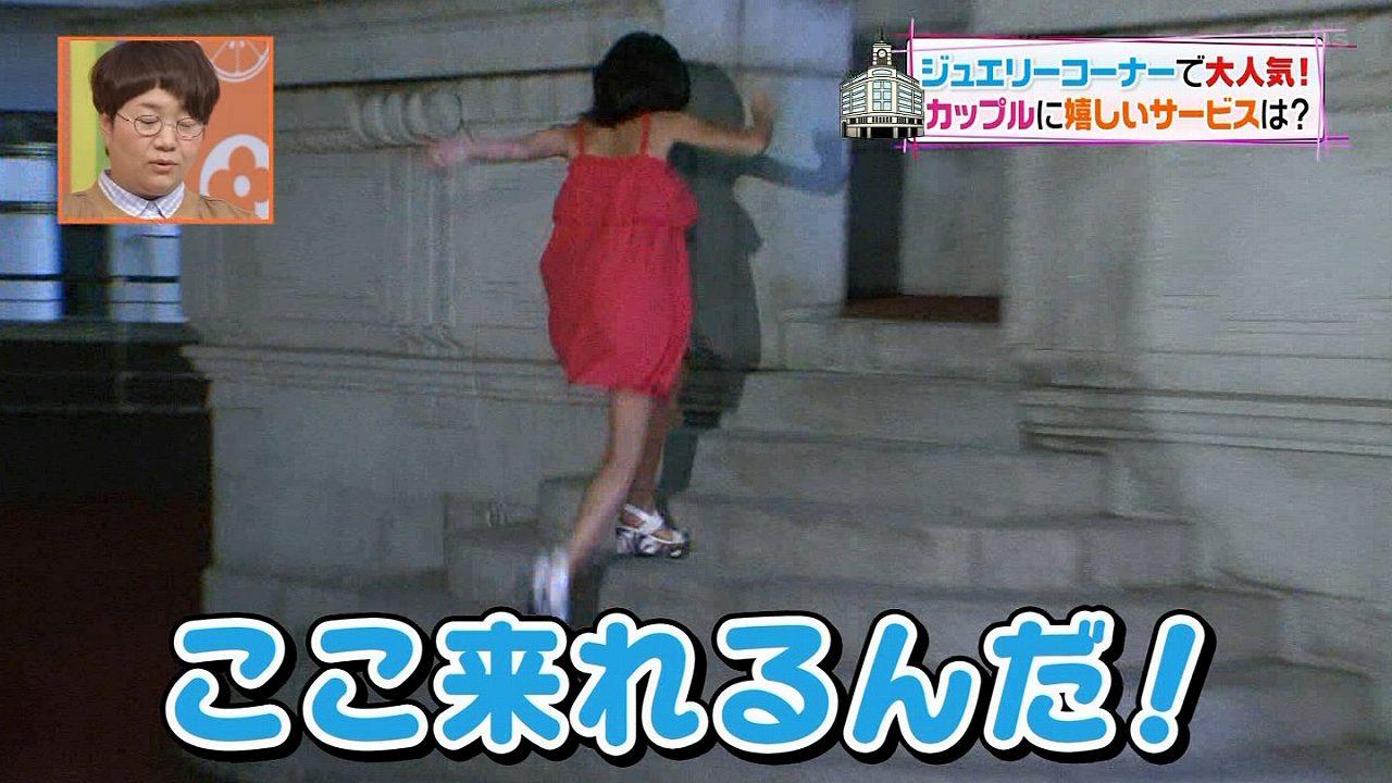 日テレ「ヒルナンデス!」でオフショルダーの衣装を着て水着日焼け痕が見えてる小島瑠璃子