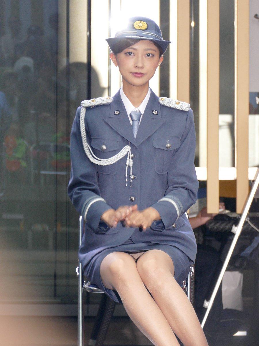 一日署長で婦警の制服を着てがっつりパンチラしてる熊井友理奈