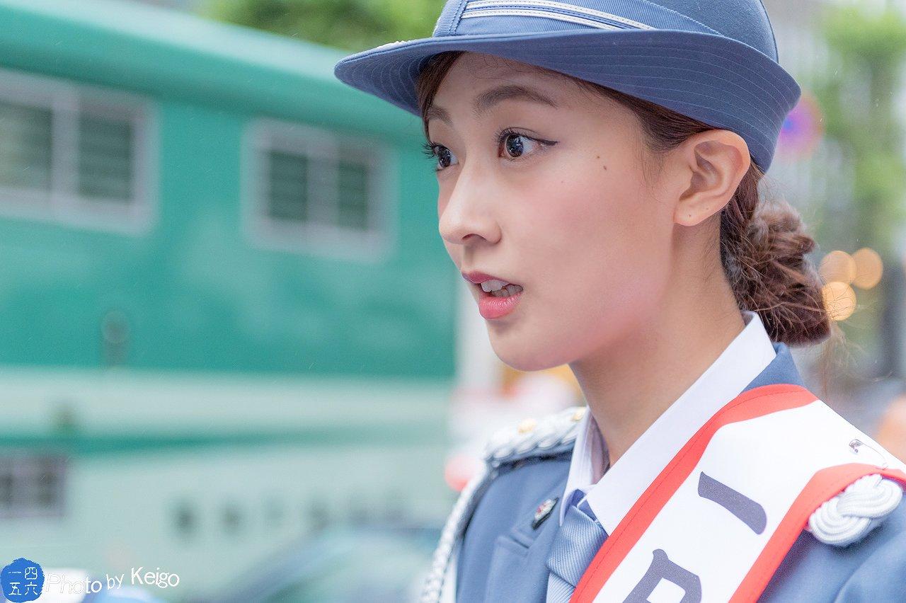 一日署長で婦警の制服を着た熊井友理奈