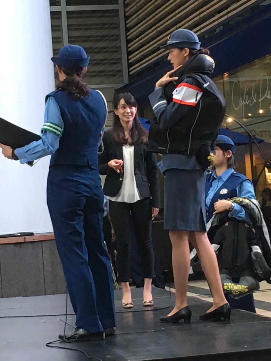 一日署長で婦警の制服を着た熊井友理奈と池谷麻依アナ