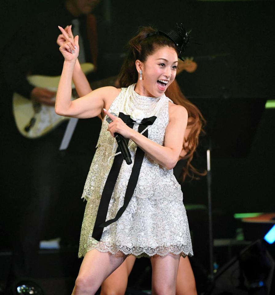 デビュー30周年記念コンサートで膝上20cmのミニスカートを履いた酒井法子