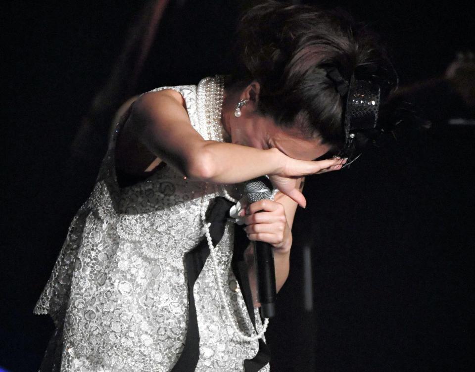デビュー30周年記念コンサートでミニスカートを履いてパンチラしてる酒井法子