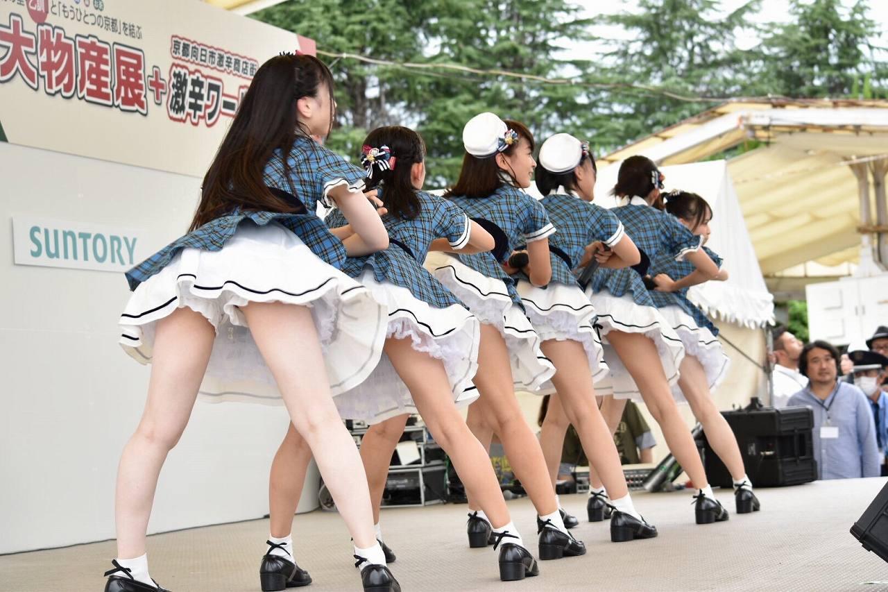 ミニスカート衣装でがっつりパンチラしてる永野芹佳
