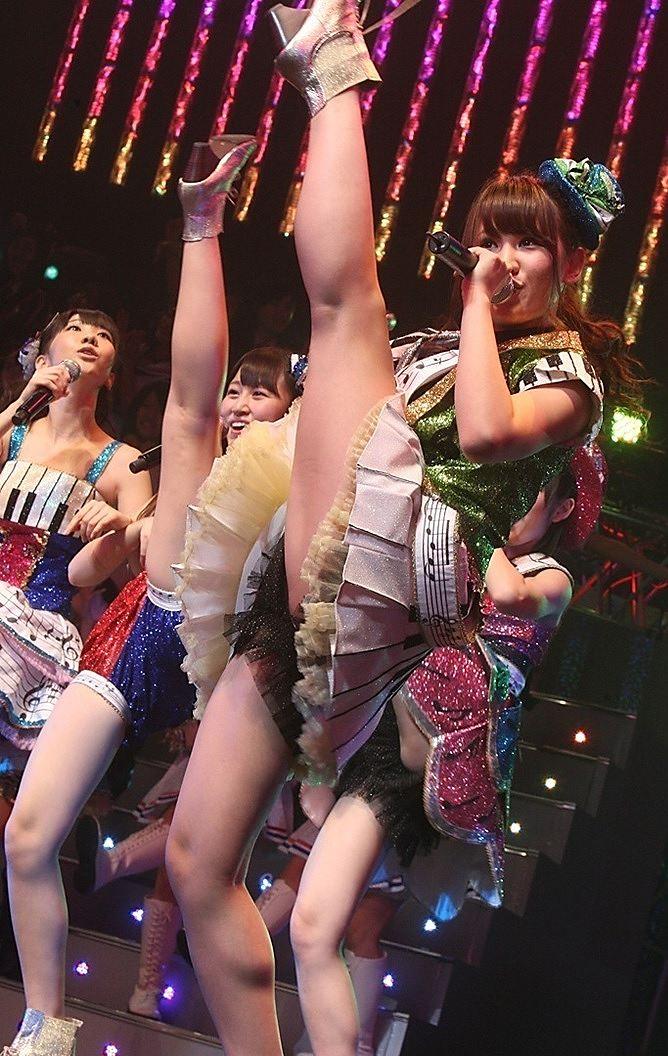 ステージで大開脚しているAKB48メンバー