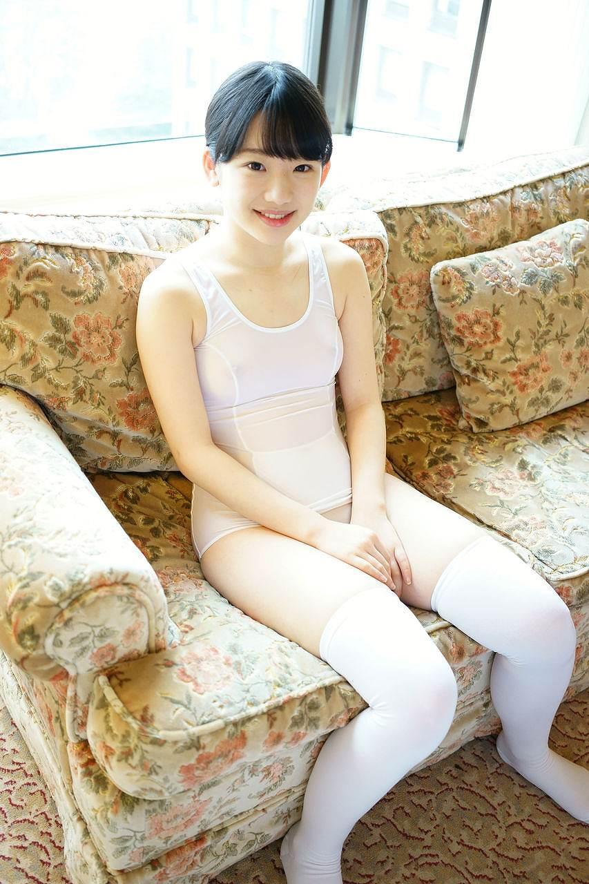 姫川ゆうなのAV『「わたし・・・びっくりするくらいドM・・・なんです・・・」無邪気で若さハジける箱入りお嬢様の解禁トロトロ狂乱SEX 姫川ゆうな18歳』画像(白いスケスケのスクール水着を着た姫川ゆうな)