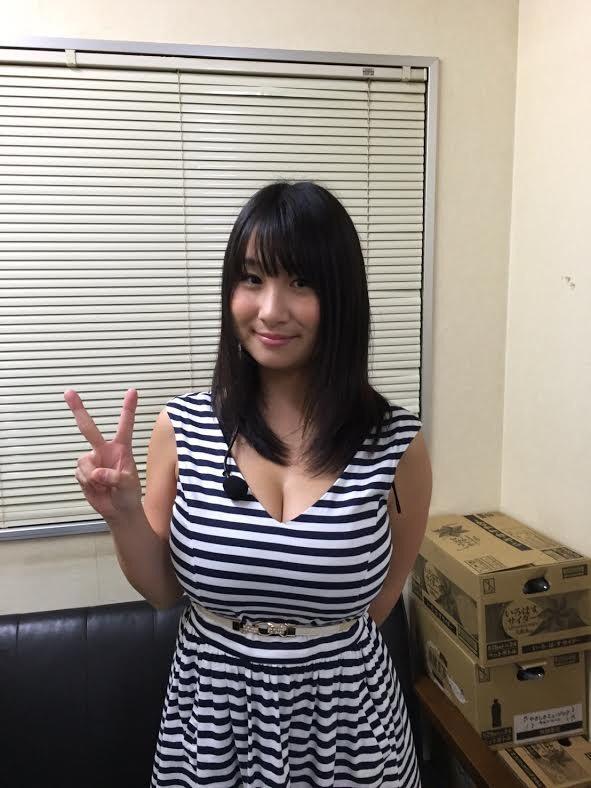 ワンピースを着た桐山瑠衣の着衣巨乳