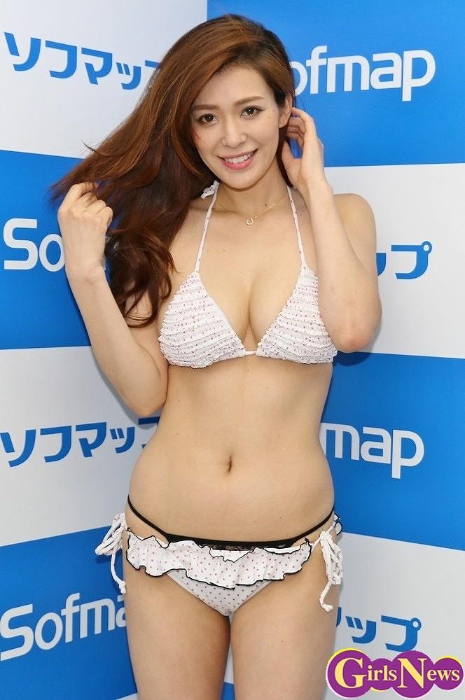 DVDの発売記念イベントでソフマップに登場した平塚千瑛