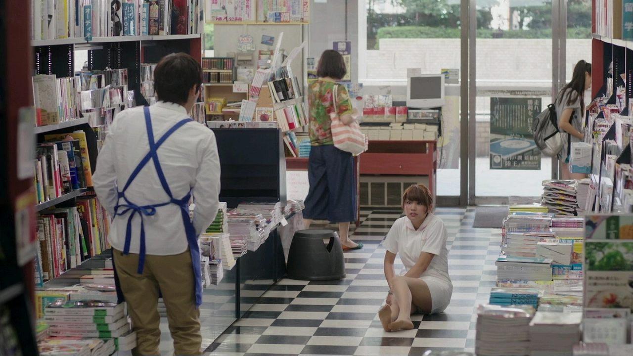 ドラマ「ラブラブエイリアン」の転倒シーンでパンチラしてるナース服の久松郁実