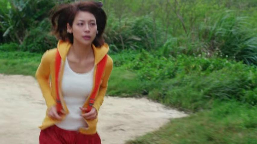 日商エステムのCMでタンクトップを着た相武紗季の着衣巨乳