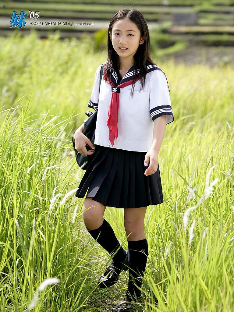 小学生時代の紗綾のセーラー服グラビア