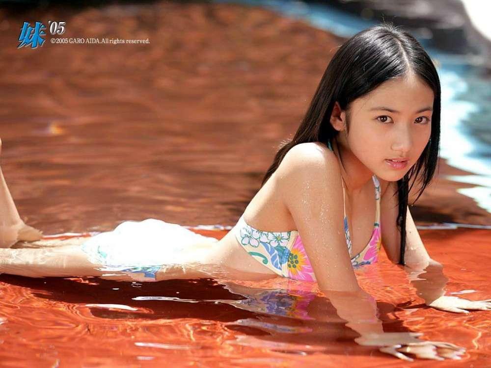 小学生時代の紗綾の水着グラビア