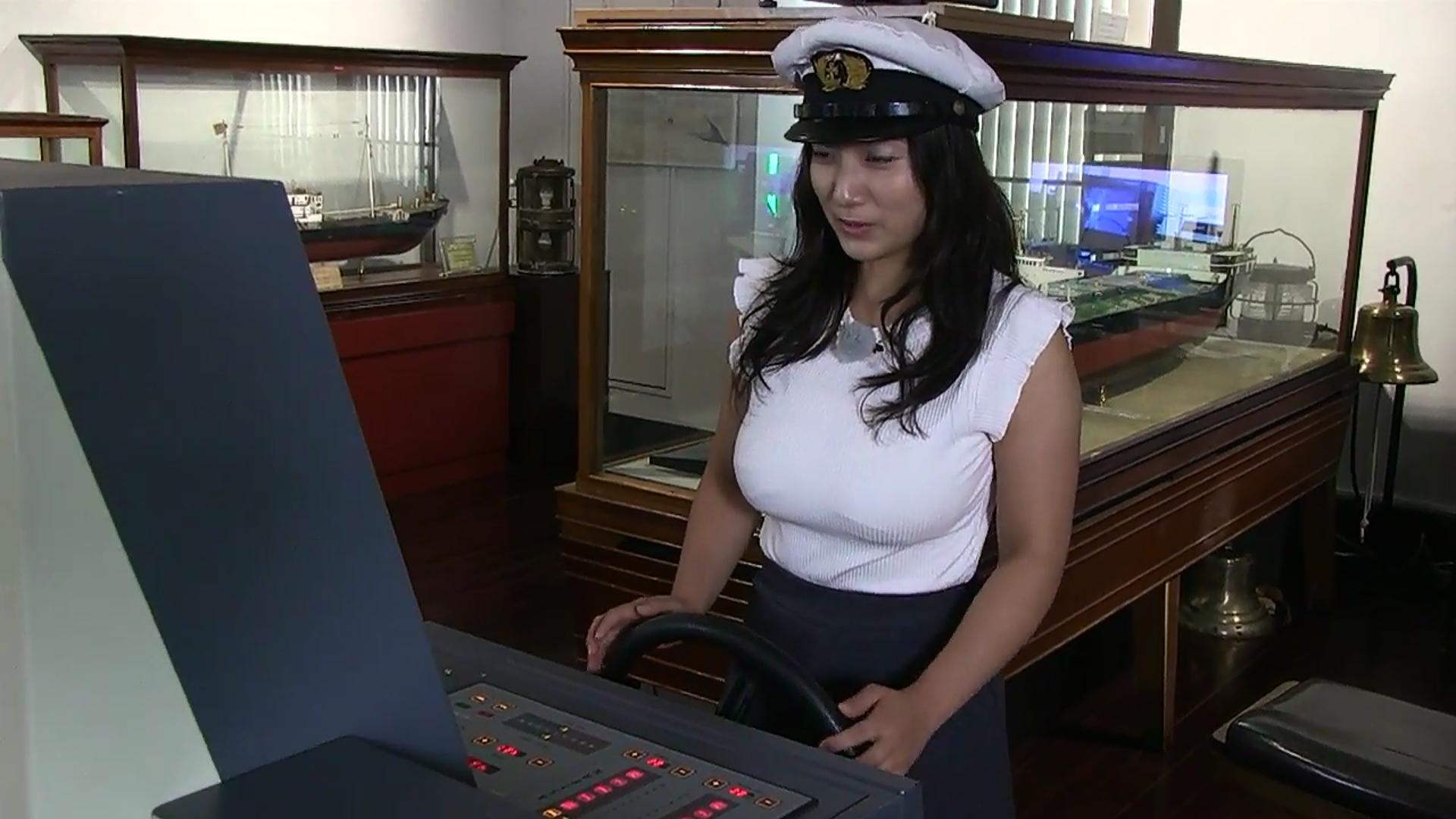 観光PR動画「北九州見チャリ!」でニットを着た紗綾の着衣巨乳