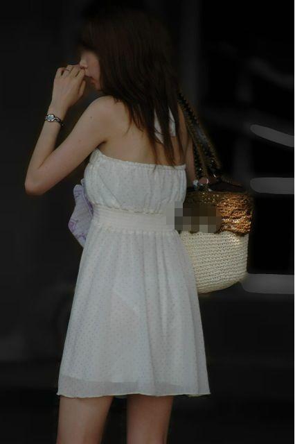 白いスカートを履いてパンツが透けまくってるお姉さん