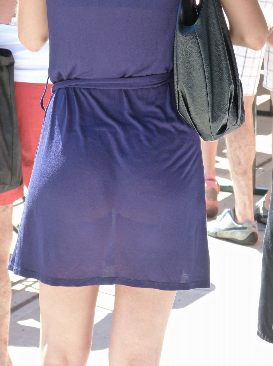 薄いスカートを履いてパンツが透けまくってるお姉さん