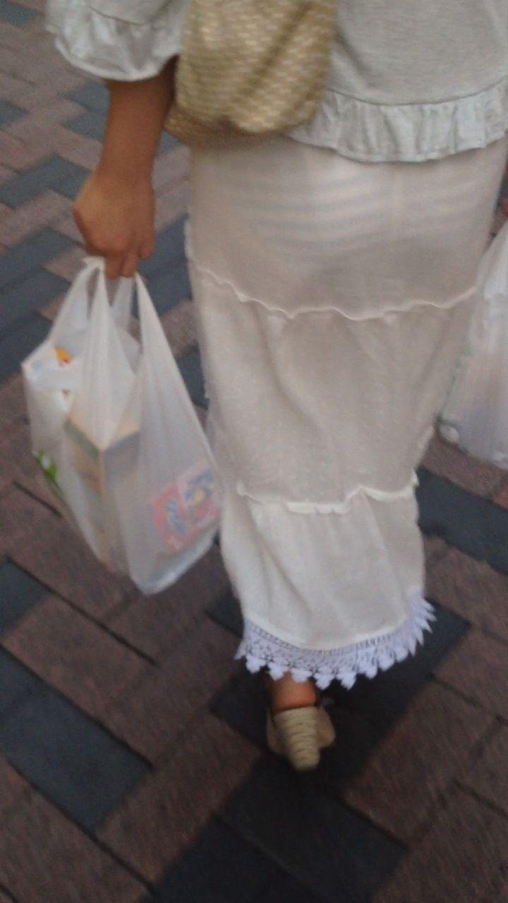 白いスカートを履いてボーダー柄パンツが透けまくってるお姉さん