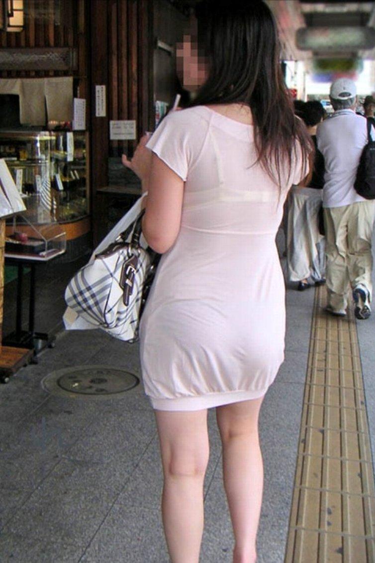 生地の薄いワンピースを着てブラとパンツが透けまくってるお姉さん