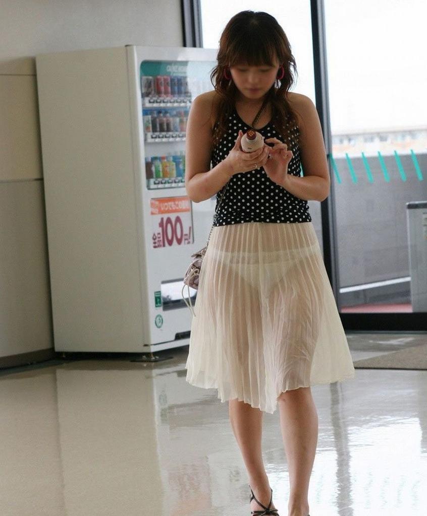 スケスケのスカートを履いてパンツが丸見えのお姉さん