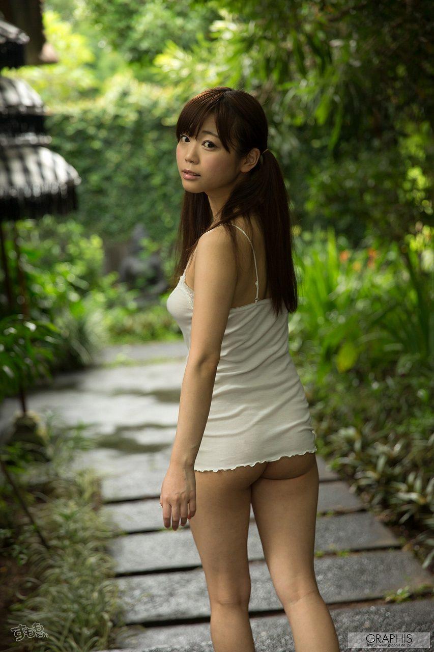 元アイドルのAV女優・羽咲みはるのノーパンお尻グラビア