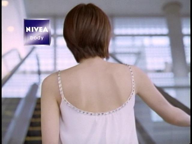 ニベアのCMでキャミソールを着た吉瀬美智子の背中
